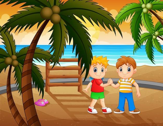 Zomervakantie met spelende kinderen aan zee