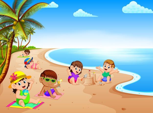 Zomervakantie op het strand met de kinderen ontspannen en spelen in de buurt van het strand