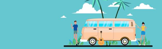 Zomervakantie. reis en mensenconcept - glimlachende jonge hippievrienden in minibusauto op strand.