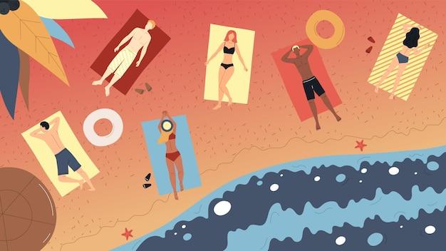 Zomervakanties concept. bovenaanzicht van mensen liggen in de zon aan de oceaan kust. mannelijke en vrouwelijke personages zonnebaden op strandlakens. mensen aan de kust. cartoon vlakke stijl. vector illustratie