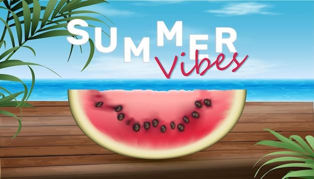 Zomerverkoopbanner met groot stuk watermeloen op hout met uitzicht op zee
