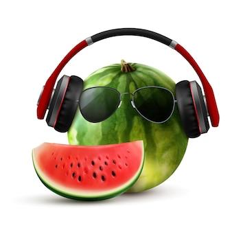 Zonnebril realistische zomercompositie met watermeloen in draadloze koptelefoon met bril en plakje