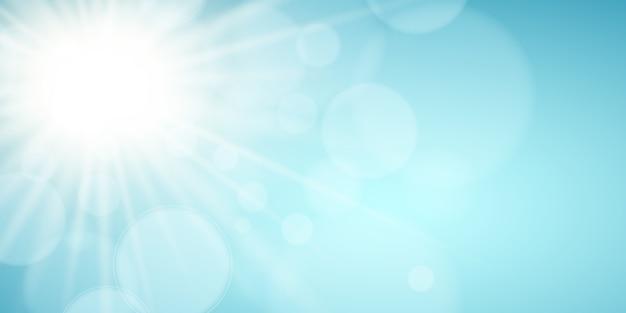 Zonnige blauwe hemel. de felle zon schijnt. seizoensgebonden achtergrond. blikken bokeh. lichten bokeh.