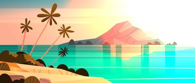 Zonsondergang op tropisch strand landschap zomer kust met palmboom en silhouet bergen