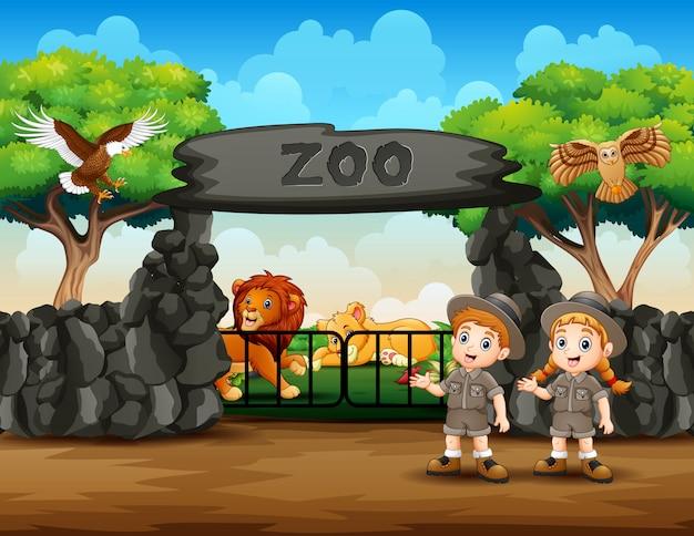 Zookeeper en wilde dieren bij de ingang van de dierentuiningang