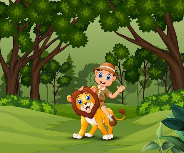 Zookeeper man met een leeuw die rondloopt in de jungle
