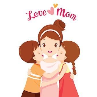 Zoon en dochter knuffelen hun moeder en kussen op haar wangen