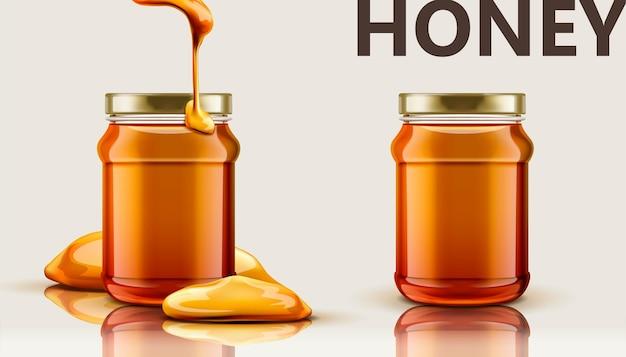 Zuivere honingpot, set glazen pot met honing druipend van boven in afbeelding, beige achtergrond