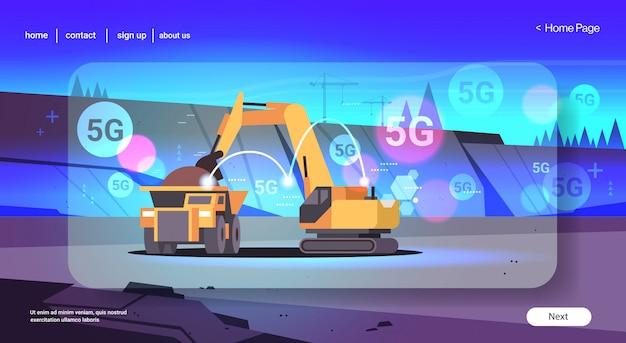 Zware graafmachine laadt grond op dumptruck 5g online draadloze systeemverbinding professionele apparatuur werkt aan kolenmijn open steengroeve achtergrond vlak horizontaal kopie ruimte