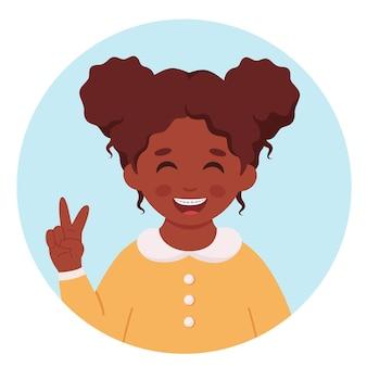 Zwart meisje met beugels op tanden tandheelkundige zorg