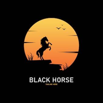 Zwart paard silhouet logo op zonsondergang achtergrond