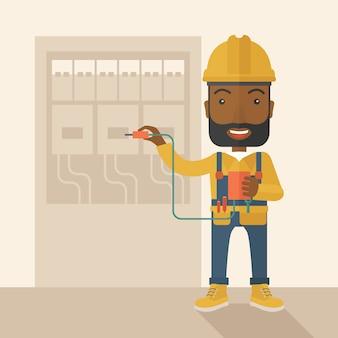 Zwarte elektricien die een elektropaneel herstelt