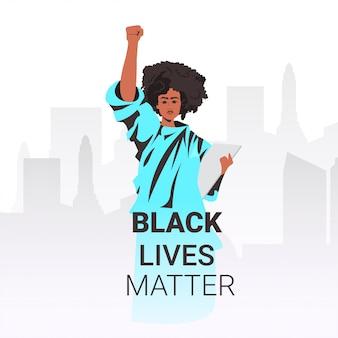 Zwarte levens zijn belangrijk afro-amerikaanse vrouw met opgeheven vuistcampagne tegen rassendiscriminatie