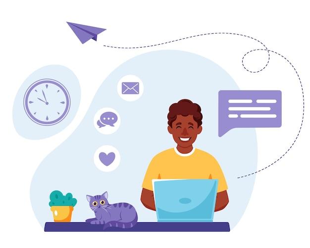 Zwarte man aan het werk op laptop freelance werk vanuit huis