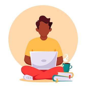 Zwarte man aan het werk op laptop, freelance, werken op afstand, online studeren, werken vanuit huis