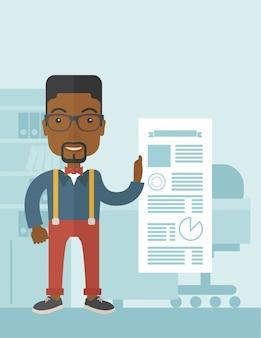 Zwarte man gelukkig staande in zijn kantoor.