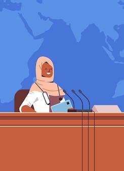 Zwarte moslim vrouwelijke arts die toespraak houdt op tribune met microfoon medische conferentie geneeskunde gezondheidszorg concept portret verticale vectorillustratie