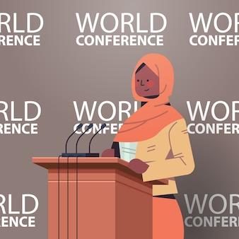 Zwarte moslim vrouwelijke arts die toespraak houdt op tribune met microfoon medische wereld conferentie geneeskunde gezondheidszorg concept portret illustratie