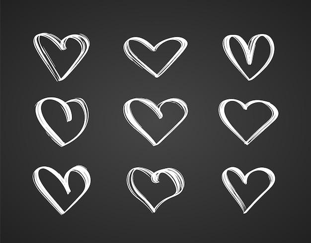 Zwarte omtrek hand getrokken set harten op schoolbord