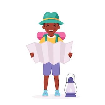 Zwarte padvinder met kaartrugzak camping zomer kinderkamp
