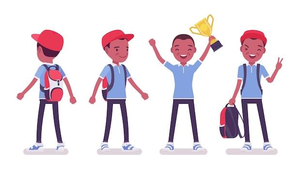 Zwarte schooljongen in vrijetijdskleding die zich met trofeekop bevindt. schattige kleine man met rugzak, actieve jonge jongen, slimme elementaire leerling tussen 7 en 9 jaar oud. cartoon vectorillustratie in vlakke stijl