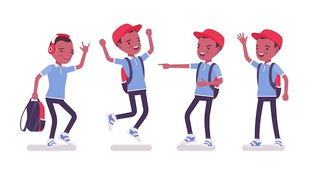 Zwarte schooljongen in vrijetijdskleding, positieve emoties
