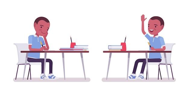 Zwarte schooljongen in vrijetijdskleding studeren aan de balie, hand opsteken om te spreken. schattige kleine jongen, actief jong kind, slimme basisschoolleerling van 7, 9 jaar oud. cartoon vectorillustratie in vlakke stijl