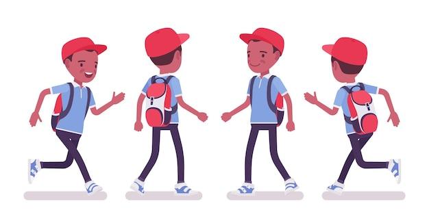 Zwarte schooljongen in vrijetijdskleding wandelen, rennen