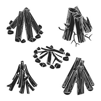 Zwarte silhouetten houten logboeken voor brandillustratie die op wit wordt geïsoleerd