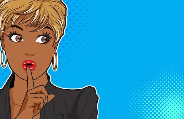Zwarte vrouw houdt een stilte en lege ruimte
