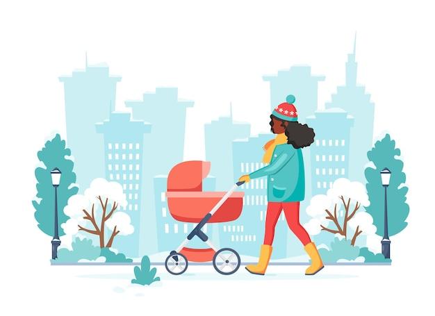 Zwarte vrouw lopen met kinderwagen in de winter