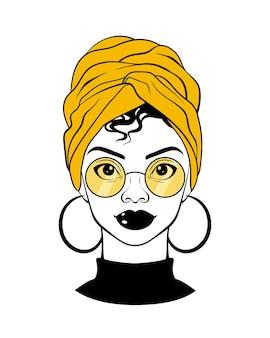 Zwarte vrouw met gele zonnebril, hoofddoek, ronde oorbellen