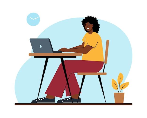 Zwarte vrouw met laptop aan bureau meisje werkt online vanuit huis of kantoor student of freelancer