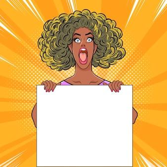 Zwarte vrouw verrassing gebaar en wit bord blanco papier