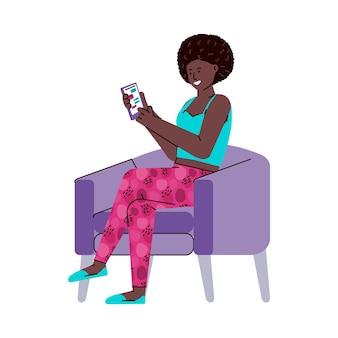 Zwarte vrouw zittend op een stoel met behulp van de telefoon-app met chatboodschapper
